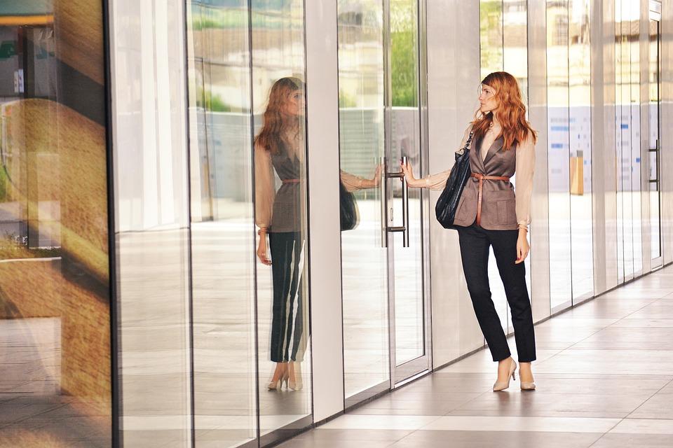 žena otvára dvere