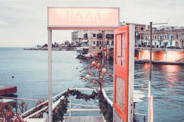 Otvorené dvere na ozdobenom móle pri vode