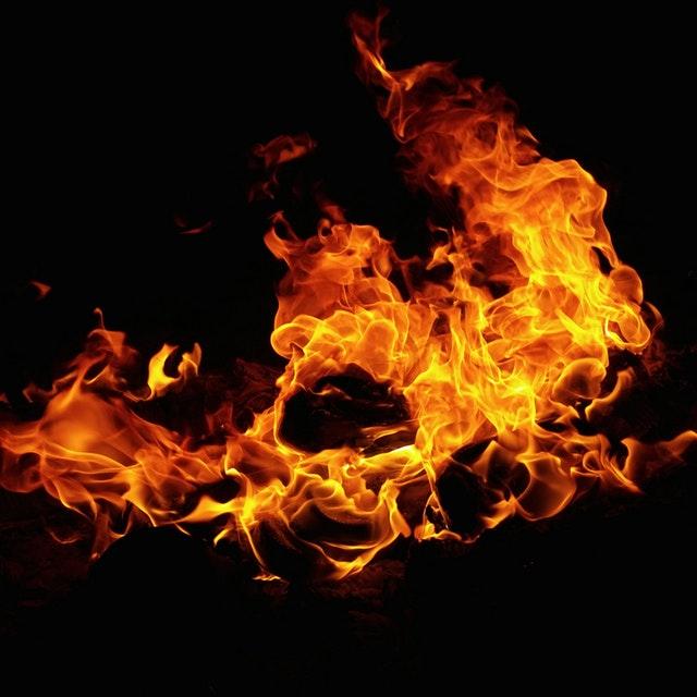 oheň na čiernom pozadí.jpg