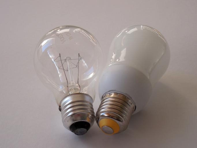 Dve žiarovky vedľa seba.jpg