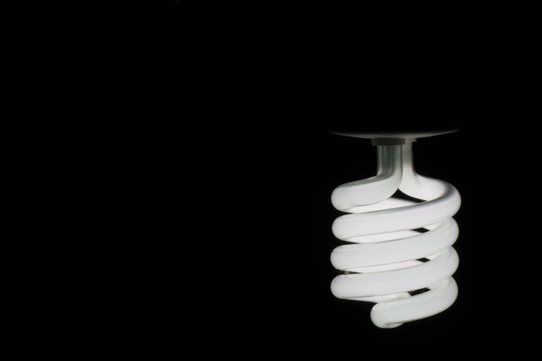Točivá žiarovka v tme.jpg