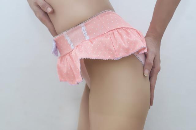Žena v ružových erotických spodných nohavičkách.jpg